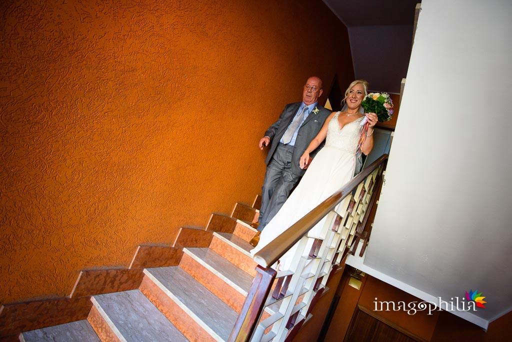 La sposa esce da casa accompagnata dal papà