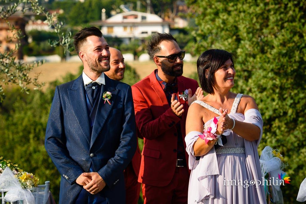 Attesa dello sposo all'inizio del matrimonio sul prato del Borgo della Cartiera Pontificia