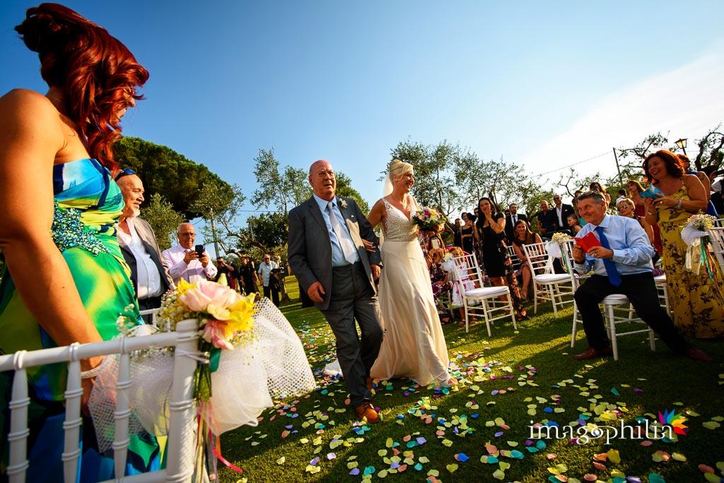 """""""Ingresso"""" della sposa al matrimonio sul prato del Borgo della Cartiera Pontificia"""