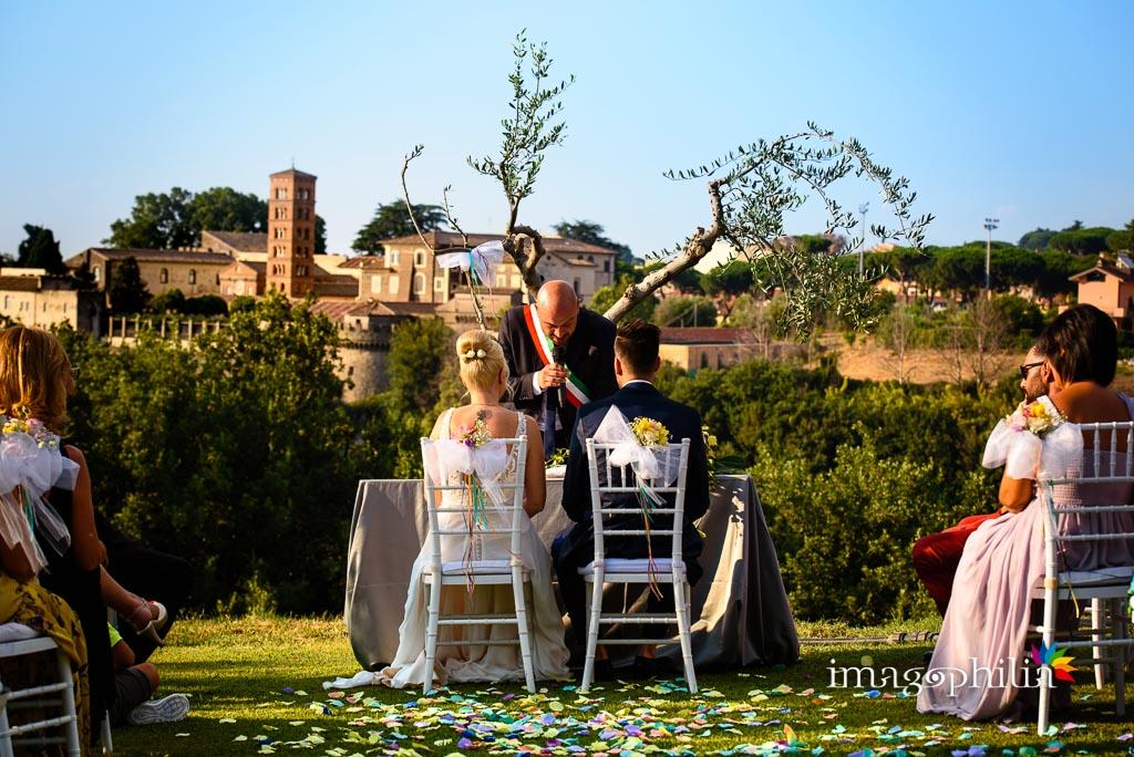 A Grottaferrata, l'Abbazia di San Nilo fa da sfondo agli sposi durante il matrimonio sul prato del Borgo della Cartiera Pontificia