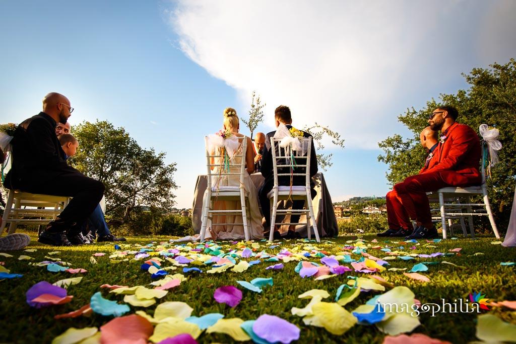 Petali sul prato durante il rito di matrimonio sul prato del Borgo della Cartiera Pontificia