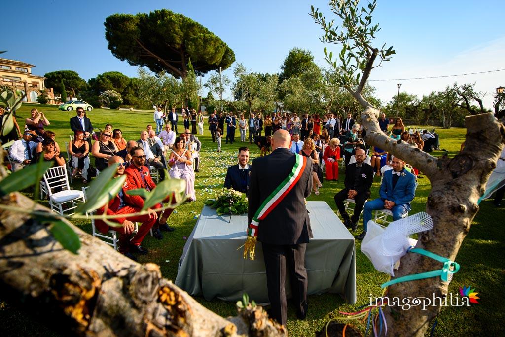 L'intera assemblea sul prato durante il matrimonio nel Borgo della Cartiera Pontificia
