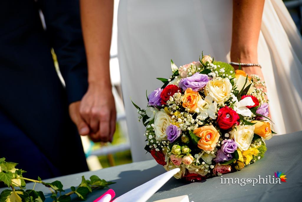 Dettaglio del coloratissimo bouquet della sposa