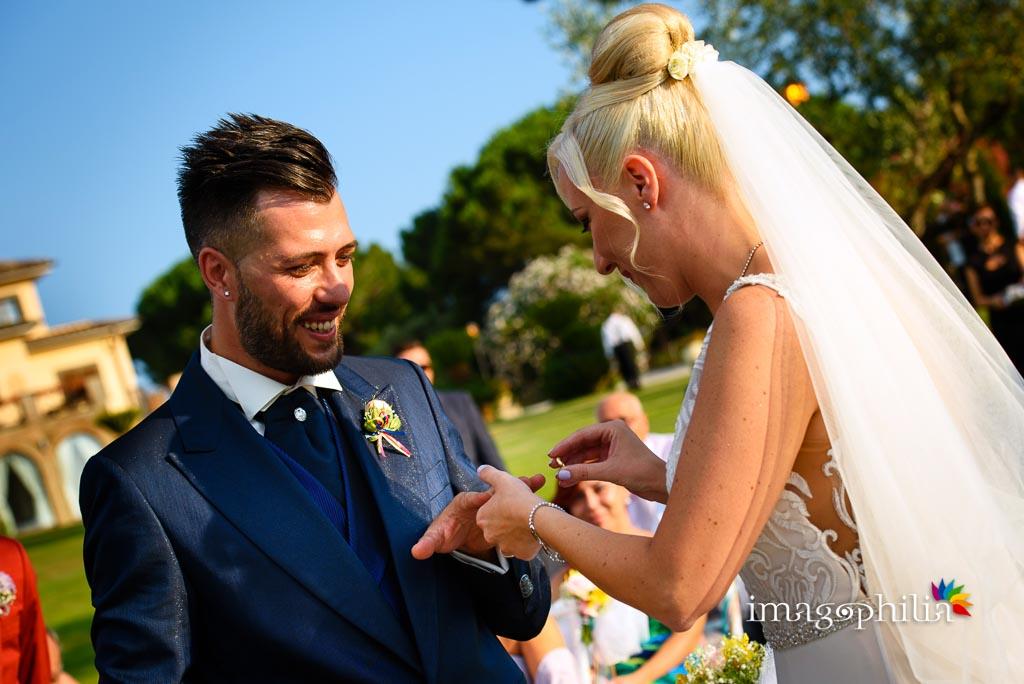 Scambio delle fedi nuziali durante il matrimonio sul prato del Borgo della Cartiera Pontificia
