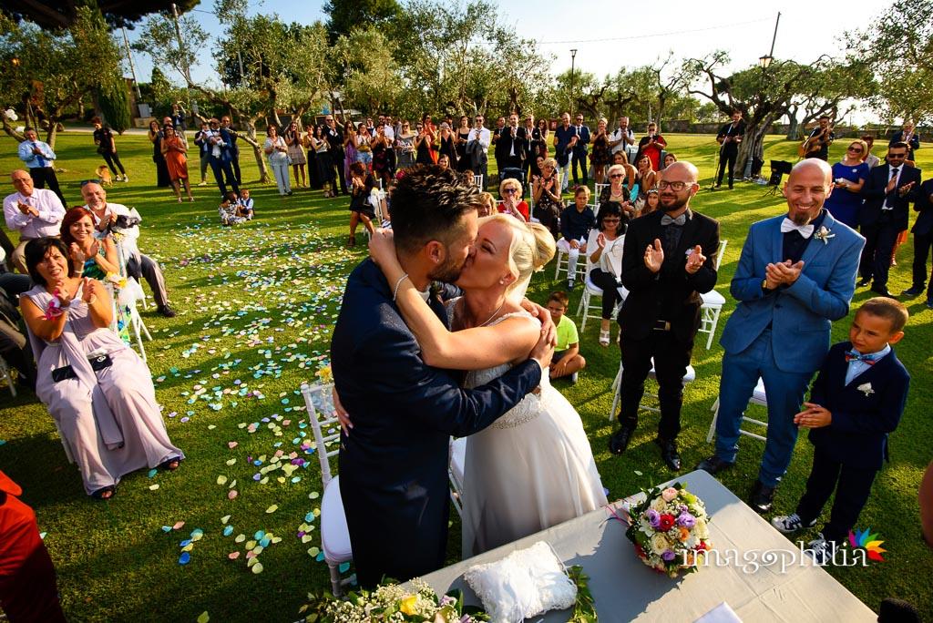 Bacio degli sposi tra gli applausi sul prato del Borgo della Cartiera Pontificia