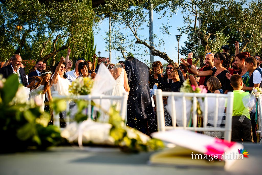 Lancio del riso al termine del matrimonio sul prato del Borgo della Cartiera Pontificia / 1