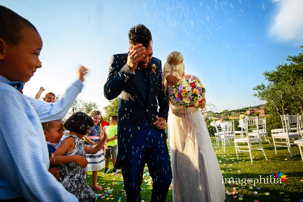 Lancio del riso al termine del matrimonio sul prato del Borgo della Cartiera Pontificia / 2