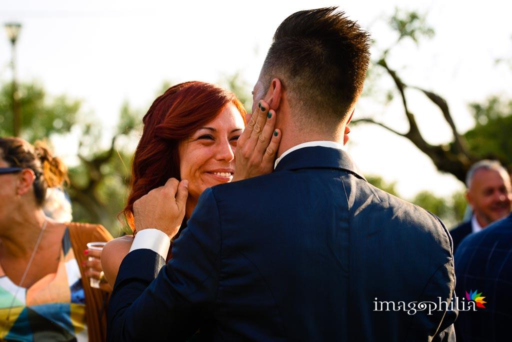 Sguardi fieri e carezze al termine del matrimonio sul prato del Borgo della Cartiera Pontificia