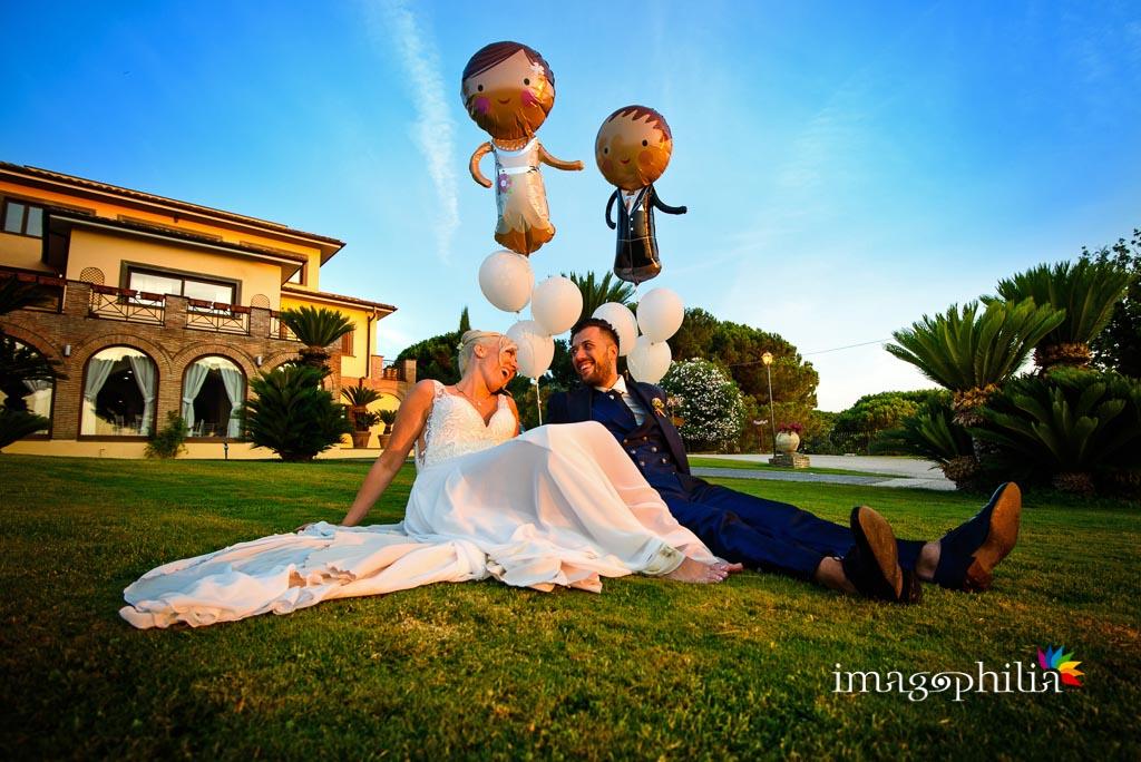 Gli sposi — e i loro omologhi gonfiabili — sul prato del Borgo della Cartiera Pontificia