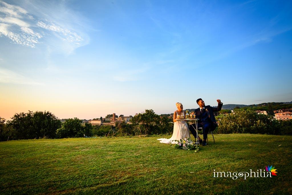Aperitivo degli sposi al termine del matrimonio sul prato del Borgo della Cartiera Pontificia