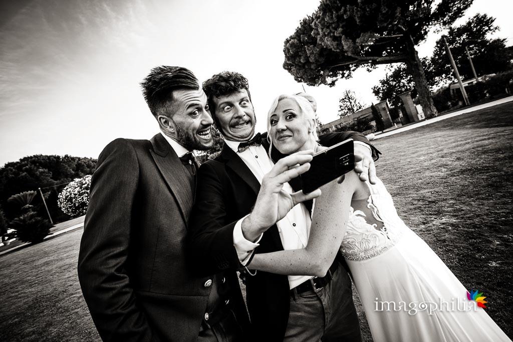 Gli sposi si fanno un selfie con Simone di Magnolia Eventi