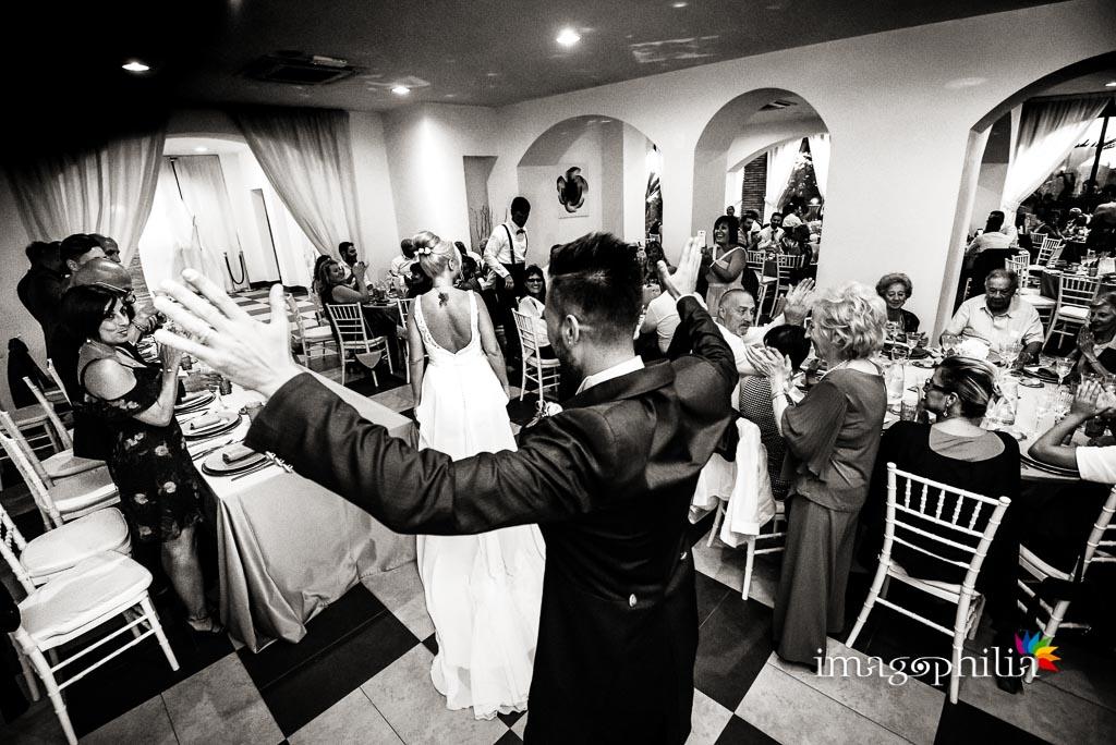 Ingresso degli sposi nella sala per il ricevimento di matrimonio al Borgo della Cartiera Pontificia