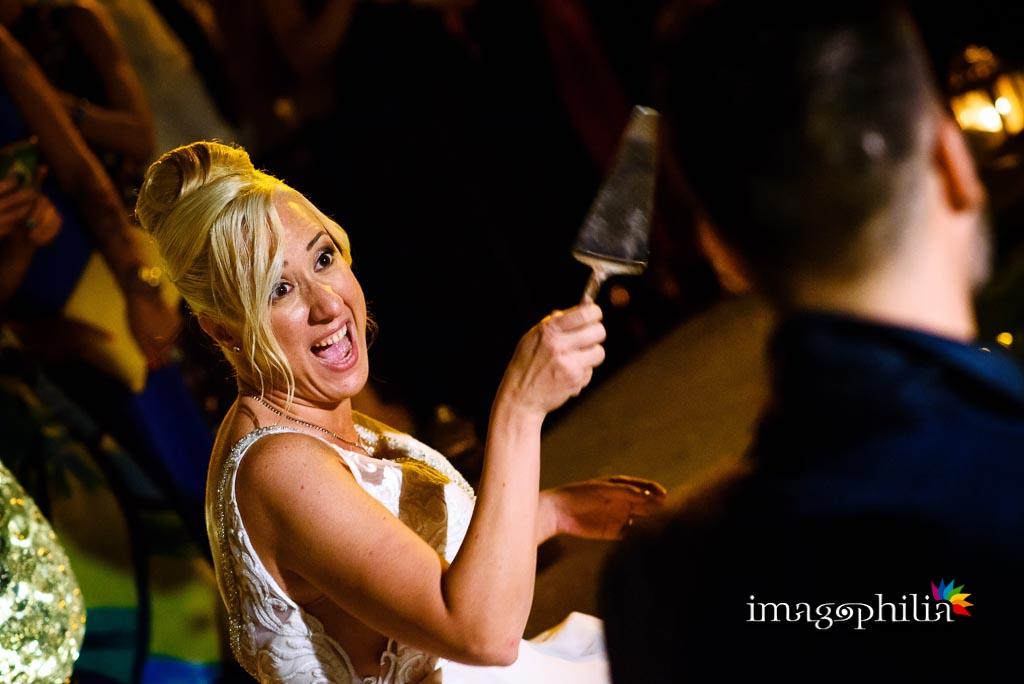 La sposa si accinge a tagliare la torta nuziale nella fontana al Borgo della Cartiera Pontificia