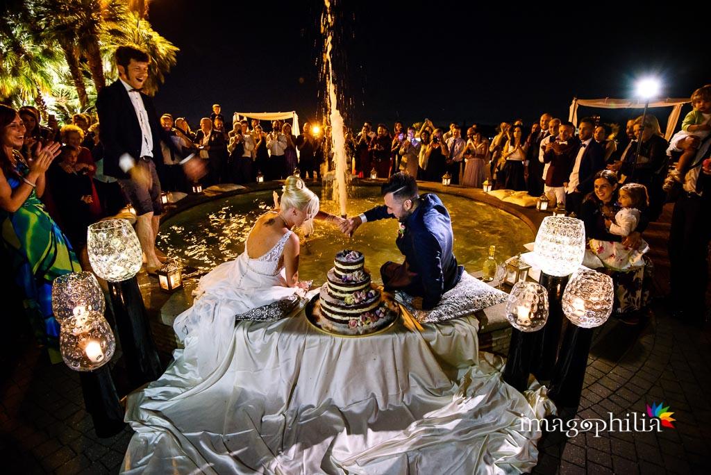Taglio della torta nuziale nella fontana del Borgo della Cartiera Pontificia