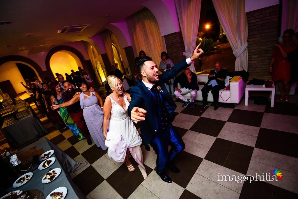 Parte la musica e… parte il trenino in una sala del Borgo della Cartiera Pontificia al termine del ricevimento di matrimonio