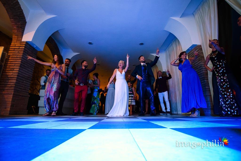 Balli di gruppo nel Borgo della Cartiera Pontificia al termine del ricevimento di matrimonio
