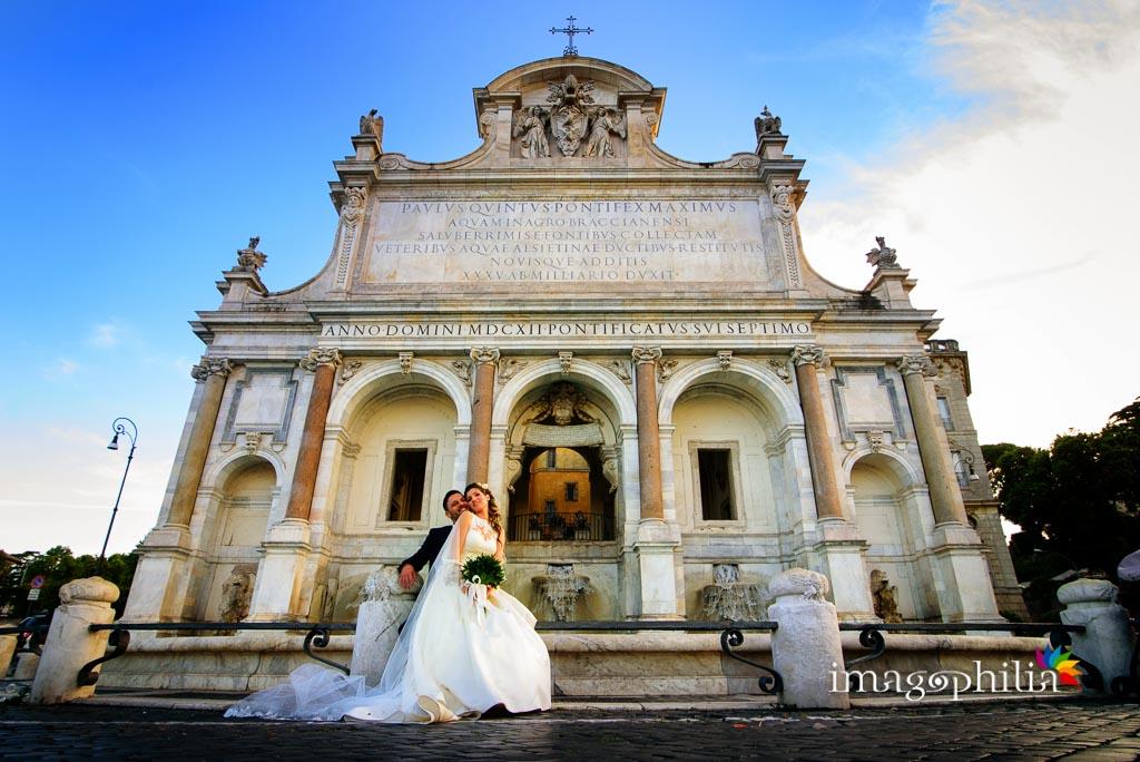 Gli sposi ritratti davanti alla Fontana dell'Acqua Paola al Gianicolo (Roma)