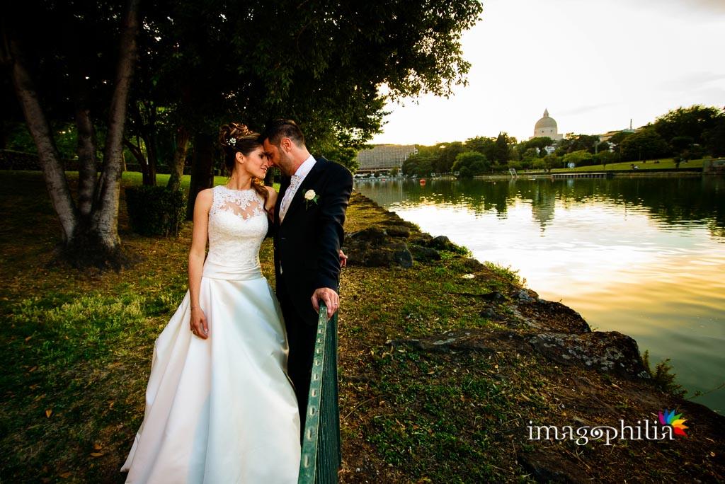 Gli sposi ritratti al laghetto artificiale dell'Eur a Roma