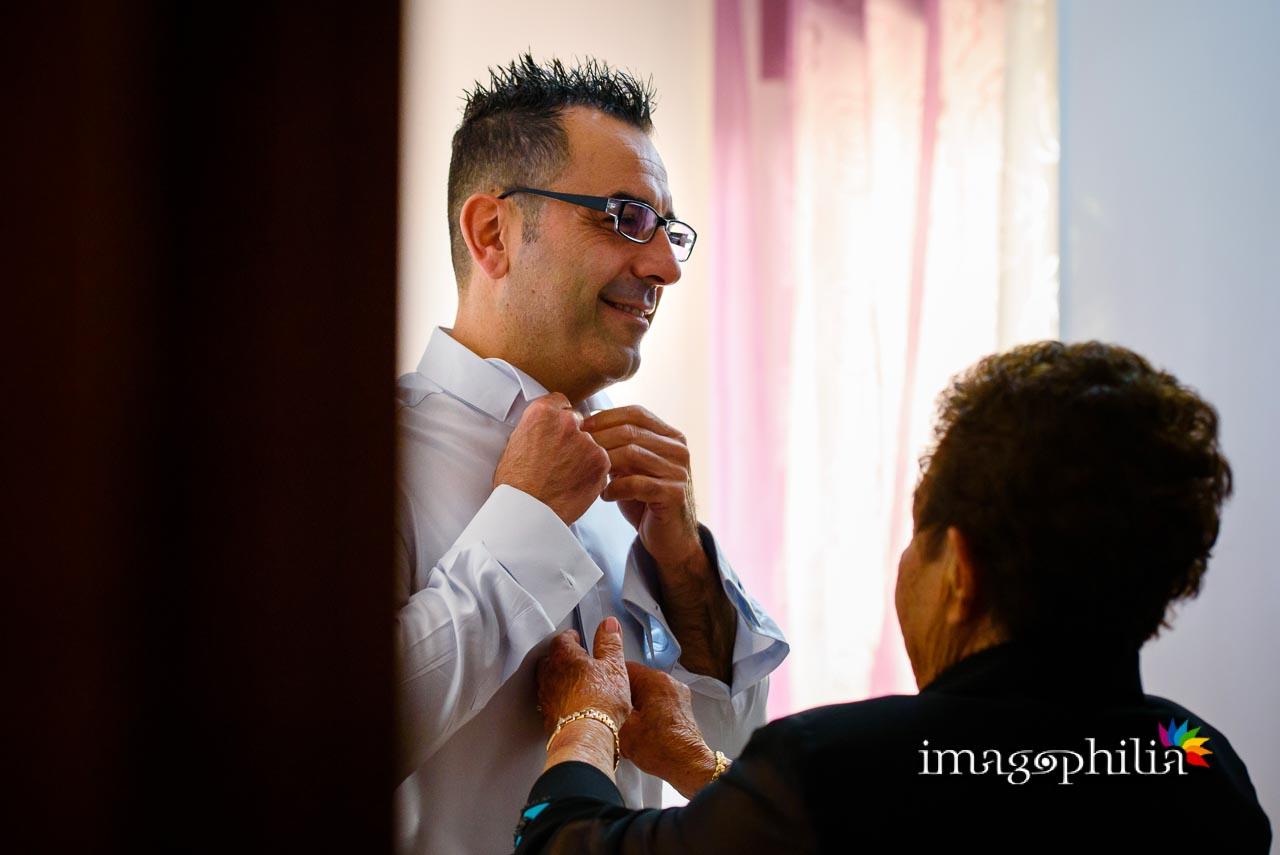 Lo sposo si prepara a casa aiutato dalla mamma / 1