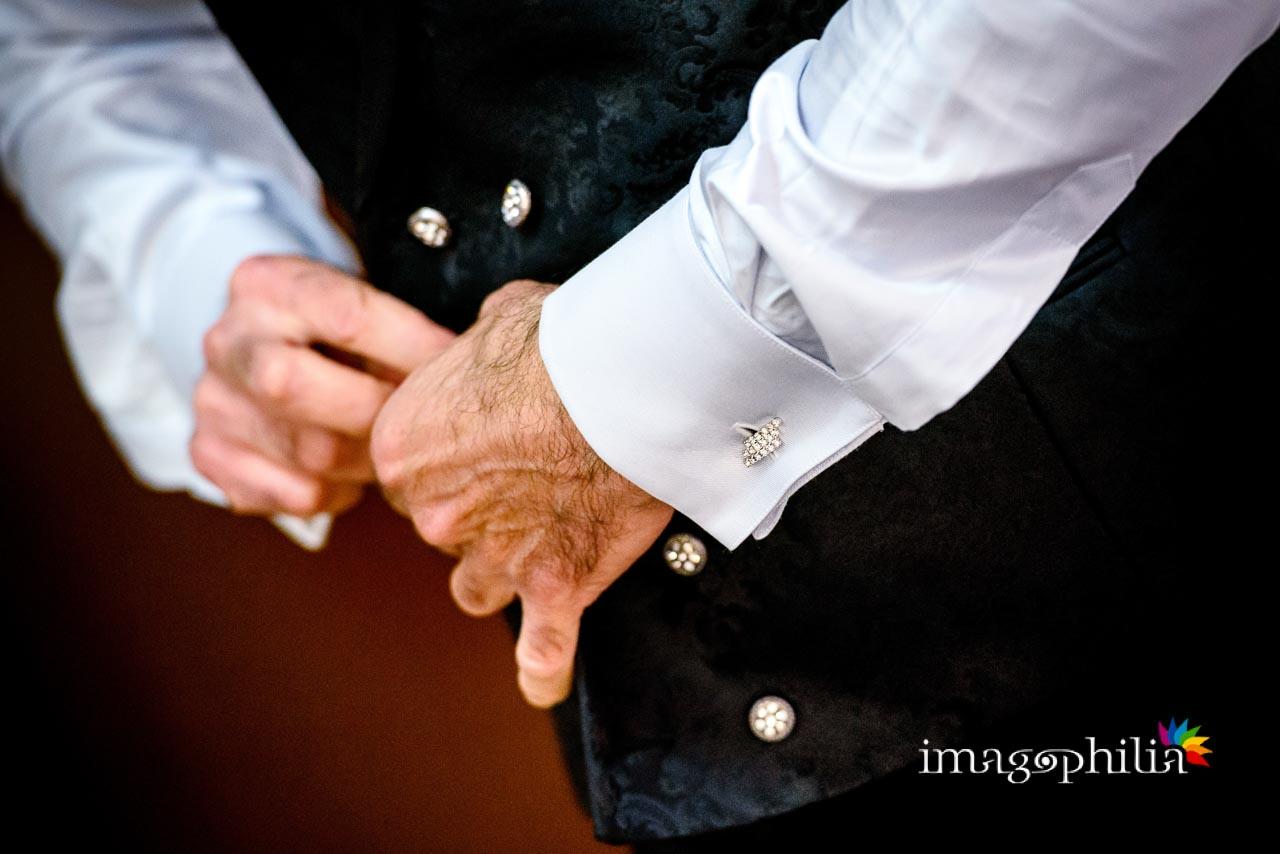 Dettaglio della preparazione dello sposo