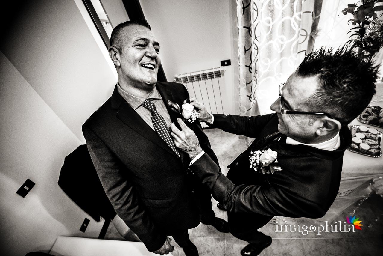 Lo sposo ricambia il fiore all'occhiello al suo testimone