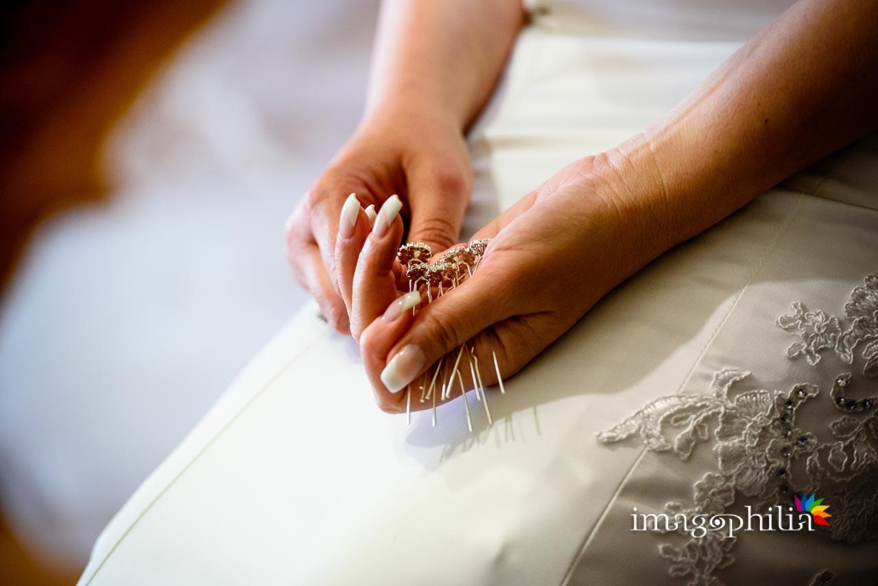 Dettaglio delle forcine in mano alla sposa