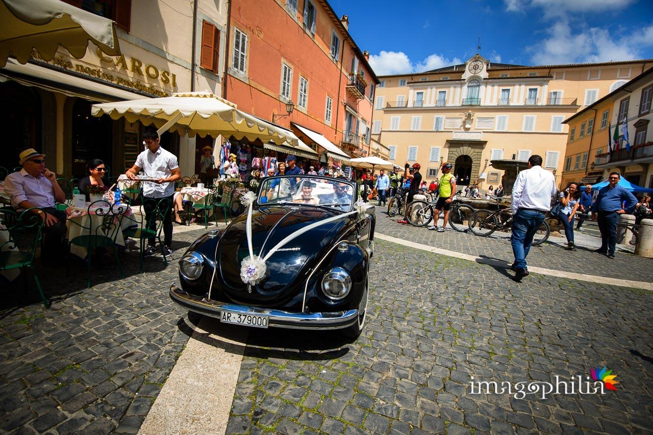 Il maggiolino della sposa irrompe nella piazza di Castel Gandolfo