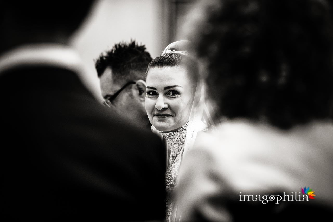 Sguardo della sposa verso la sorella nonché testimone