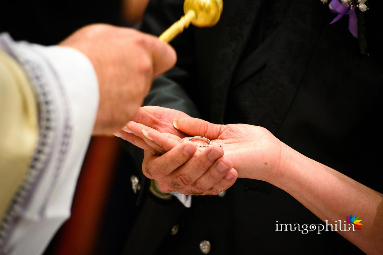 Benedizione delle fedi nuziali durante il matrimonio nella Chiesa di San Tommaso da Villanova a Castel Gandolfo