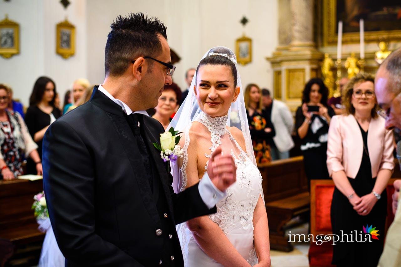 Sguardi tra gli sposi durante il matrimonio nella Chiesa di San Tommaso da Villanova a Castel Gandolfo