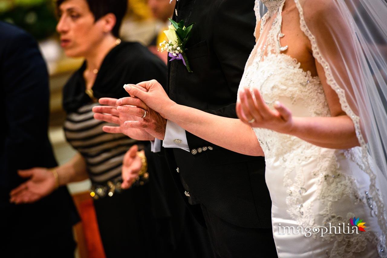 Mani in preghiera durante il matrimonio nella Chiesa di San Tommaso da Villanova a Castel Gandolfo