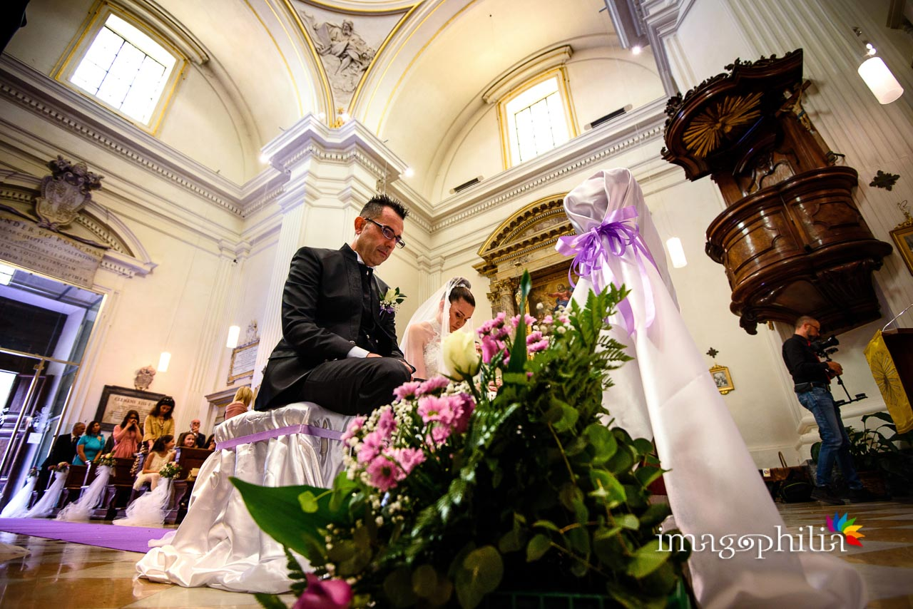 Visione dal basso degli sposi durante il matrimonio nella Chiesa di San Tommaso da Villanova a Castel Gandolfo