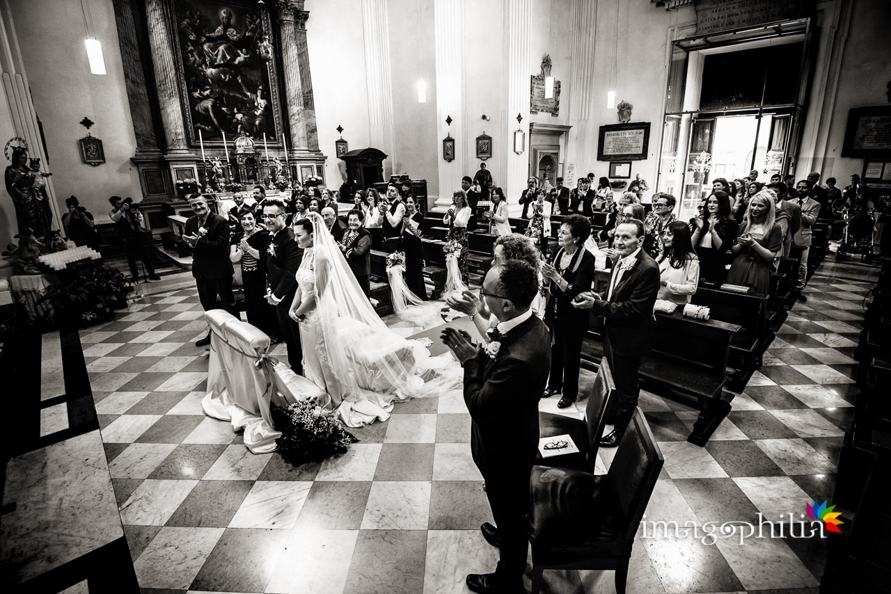 Tutta l'assemblea applaude al termine del matrimonio nella Chiesa di San Tommaso da Villanova a Castel Gandolfo