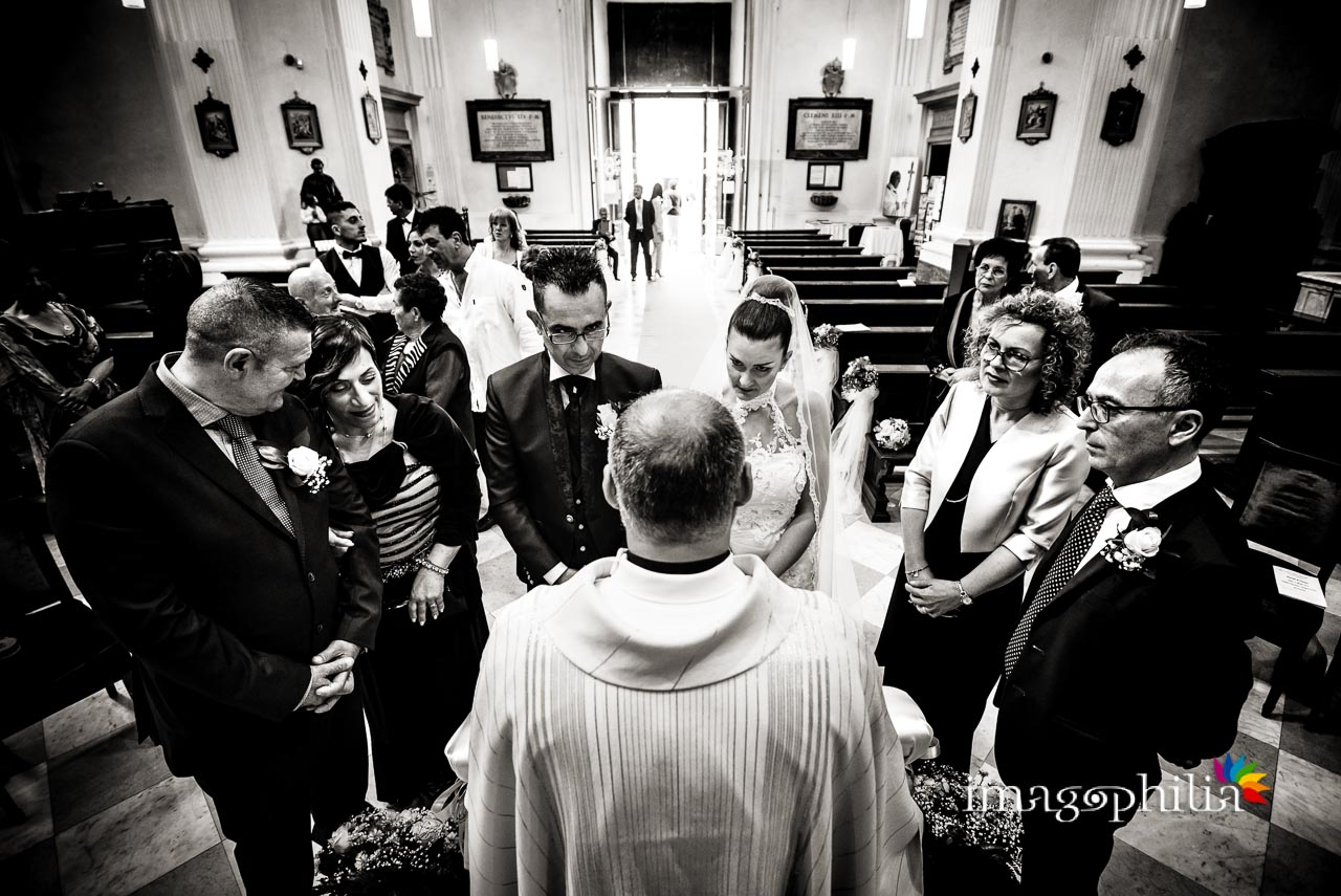 Gli sposi, il sacerdote e tutti i testimoni al termine del matrimonio nella Chiesa di San Tommaso da Villanova a Castel Gandolfo