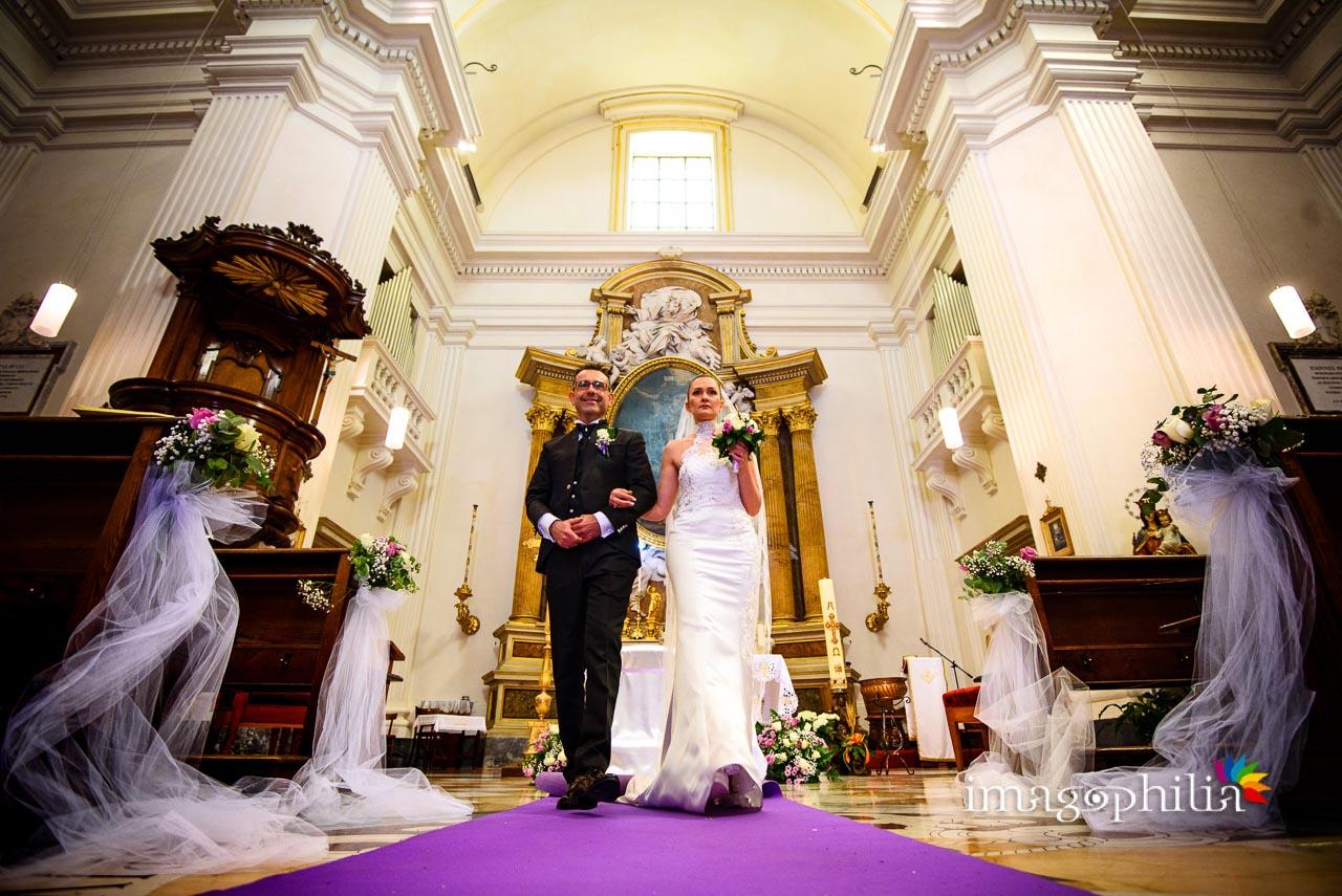 I novelli sposini si accongono ad uscire dalla Chiesa di San Tommaso da Villanova a Castel Gandolfo al termine del rito nuziale