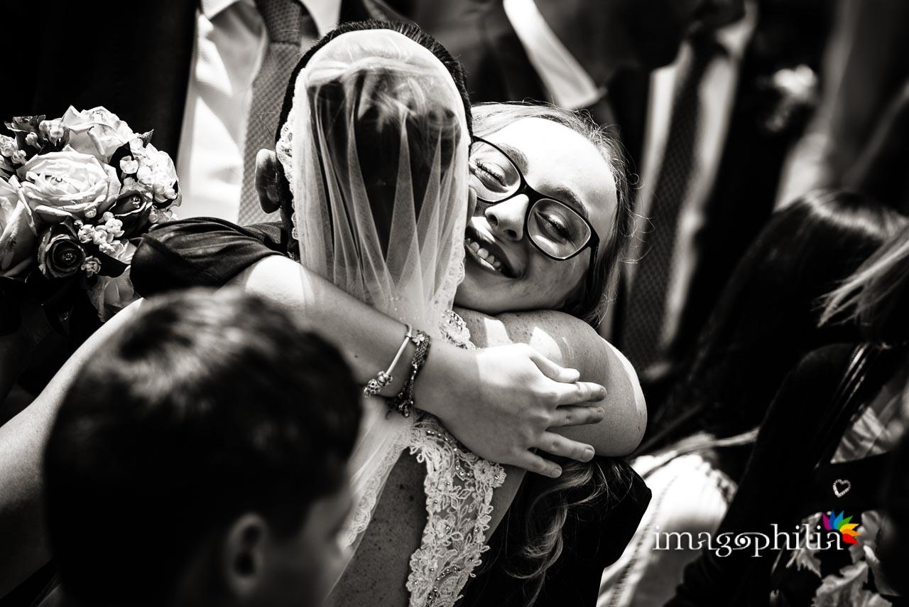 La sposa e sua nipote si abbracciano al termine del matrimonio nella Chiesa di San Tommaso da Villanova a Castel Gandolfo