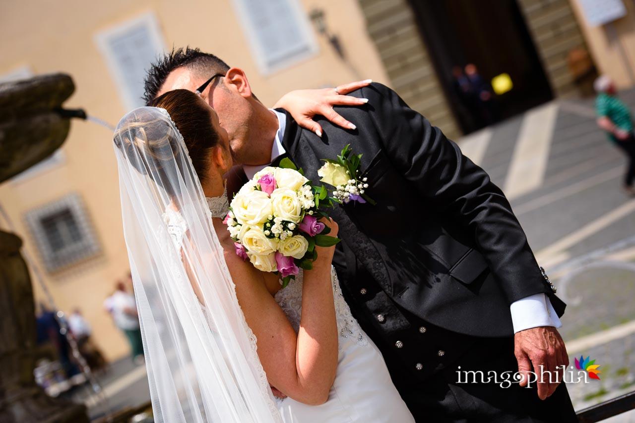 Bacio tra gli sposi nella piazza di Castel Gandolfo