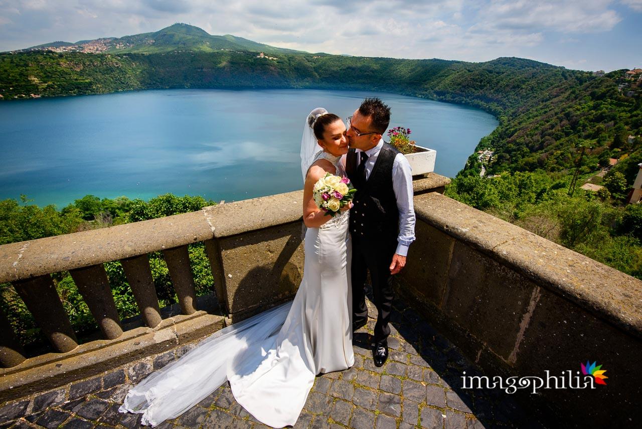 Bacio dall'affaccio di Castel Gandolfo con il Lago Albano sull sfondo
