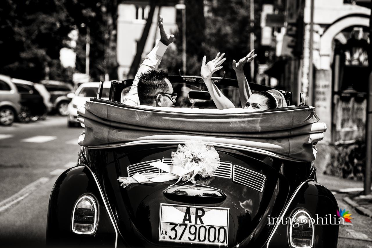 Seguiamo la macchina degli sposi in direzione Villa Pocci sulla Via dei Laghi per il ricevimento di matrimonio