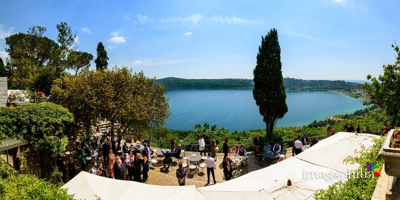 Vista mozzafiato sul Lago Albano e Castel Gandolfo da sopra alla balconata di Villa Pocci (Marino, Via dei Laghi) al ricevimento di matrimonio