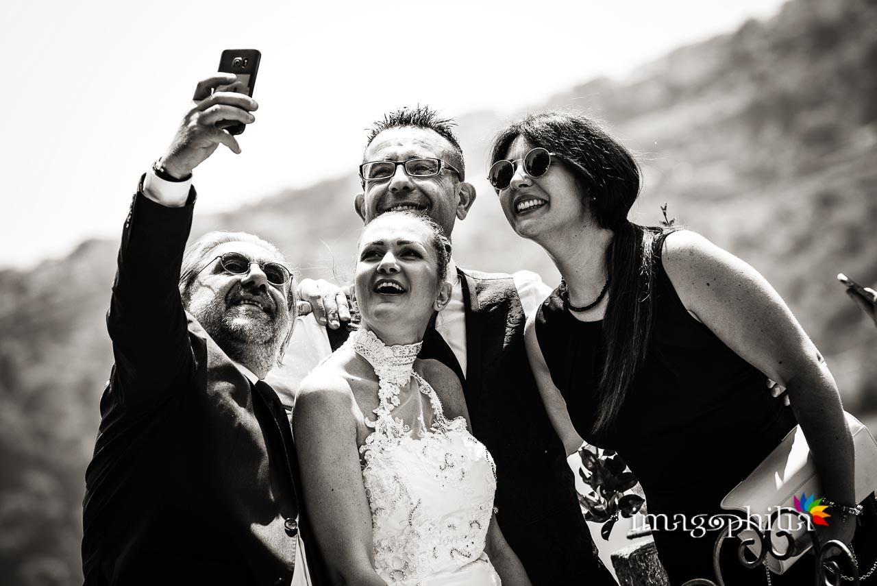 Selfie con il lago di Castel Gandolfo sullo sfondo durante il ricevimento di matrimonio a Villa Pocci (Marino)