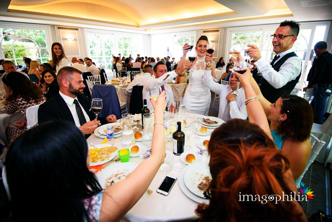 Brindisi in sala durante il ricevimento di matrimonio a Villa Pocci (Marino, Via dei Laghi)