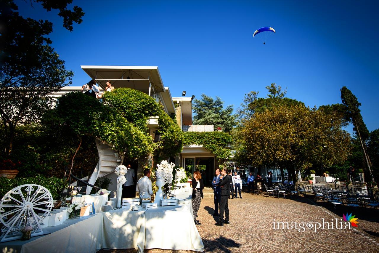 Un intruso nello spazio aereo durante il ricevimento di matrimonio a Villa Pocci (Marino, Via dei Laghi)