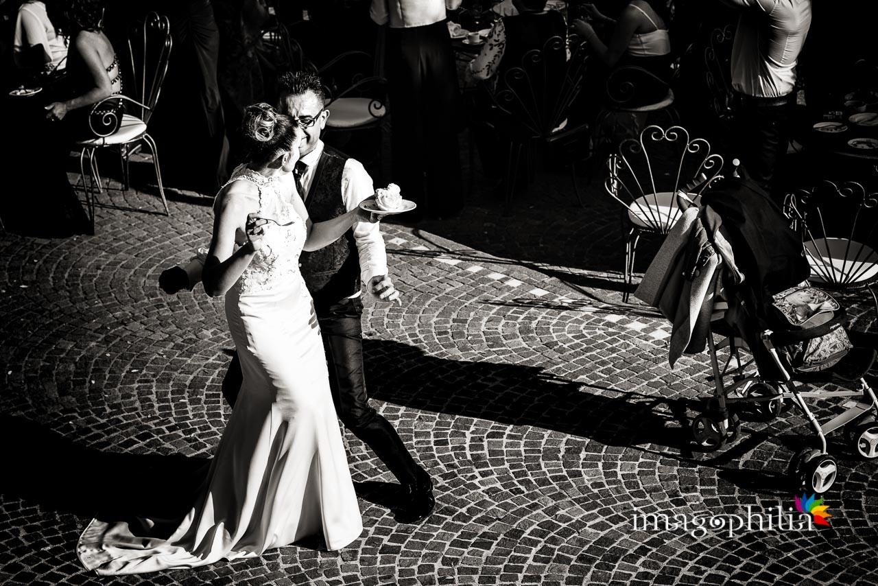 La sposa deve decidere se è più seducente suo marito che la invita a ballare oppure la torta, durante il ricevimento di matrimonio a Villa Pocci (Marino)