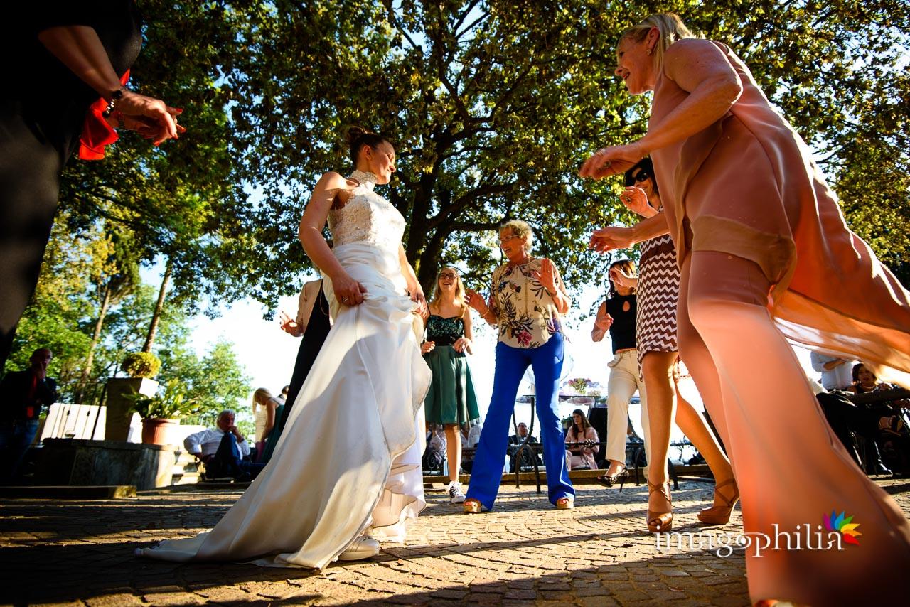 Balli scatenati durante il ricevimento di matrimonio a Villa Pocci (Marino) / 1