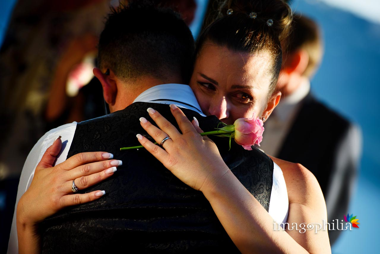 Momenti di commozione tra gli sposi al termine del ricevimento di matrimonio a Villa Pocci (Marino, Via dei Laghi)